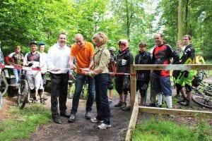 Landrat Dr. Axel Lehmann, Uwe Seidel (Bike-Sport Lippe) und Anke Peithmann (Landesverband Lippe) -vlnr- geben die Downhill-Strecke am Hermannsdenkmal frei. Foto: Bernd Potthoff