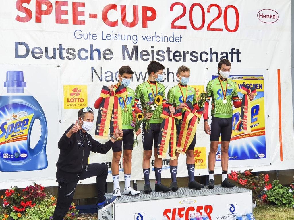 Holger Sievers bejubelt die Goldmedaille des U15-Vierers. Foto: LV NRW